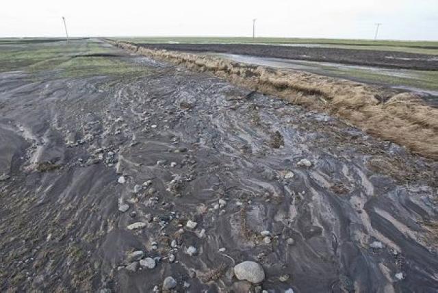 Harður leir er yfir stórum hluta túnana.