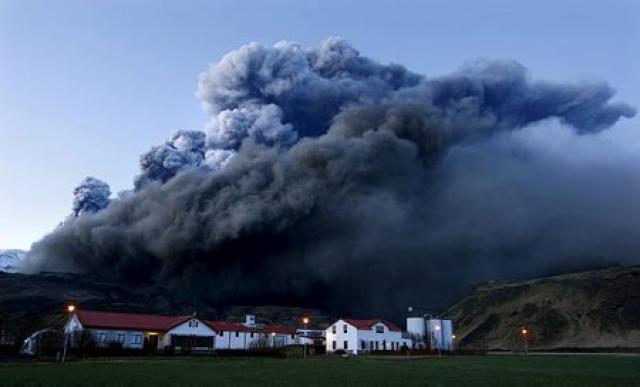 Gosmökkurinn yfir Þorvaldseyri í gærkvöldi.