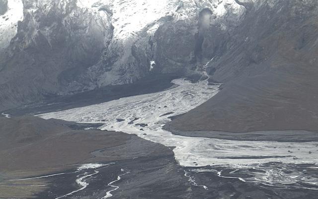 Aðeins virðist hafa dregið úr vantnsrennsli við Gígjökul. Vatnshæð við ...