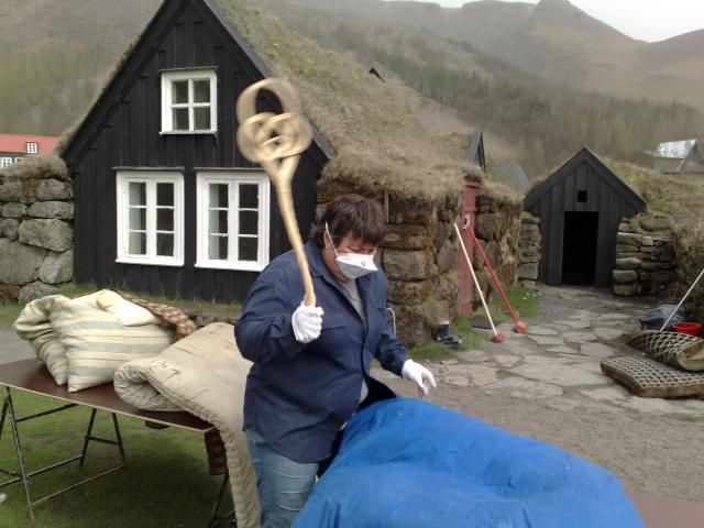 Unnið að hreinsun á byggðasafninu á Skógum í dag.
