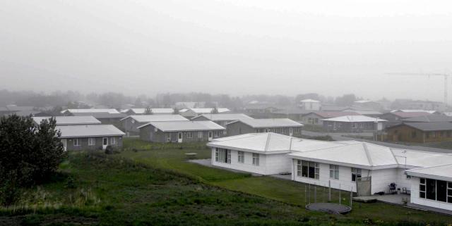 Þykkt mistur er yfir Hvolsvelli og skyggnið er um 100 ...