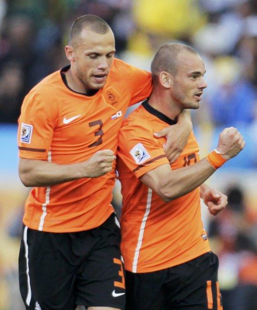 John Heitinga og Wesley Sneijder fagna marki fyrir Hollendinga.