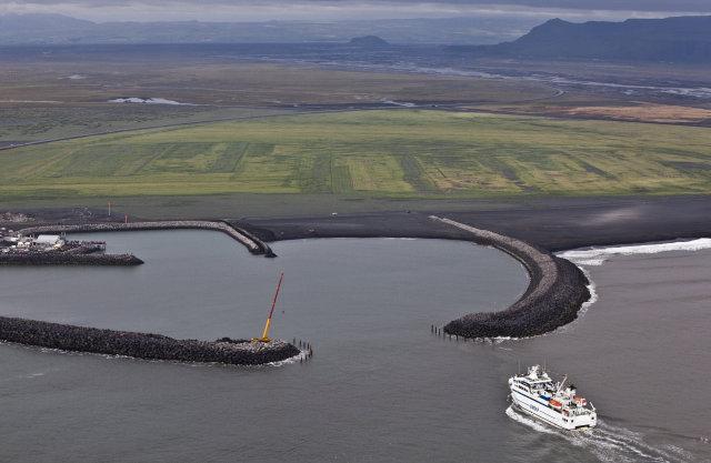 Herjólfur á leið inn í Landeyjahöfn. Atvikið varð við hafnarmynnið.