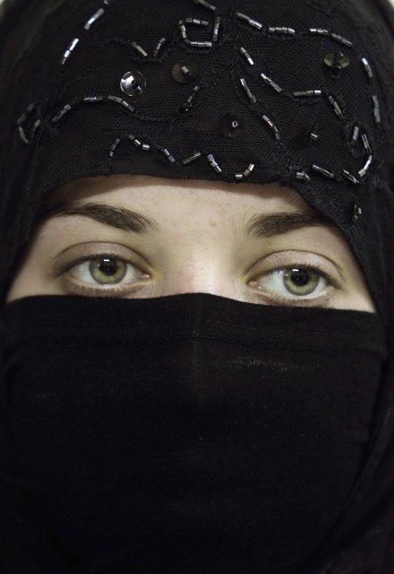 Niqab klæðnaður hylur allan líkamann nema augun.