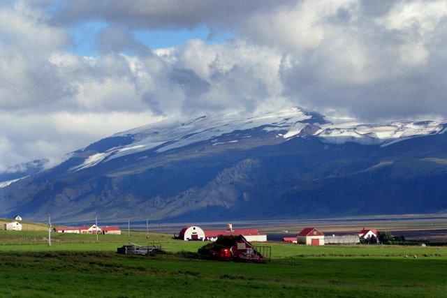 í Fljótshlíð, horft til Eyjafjallajökuls.