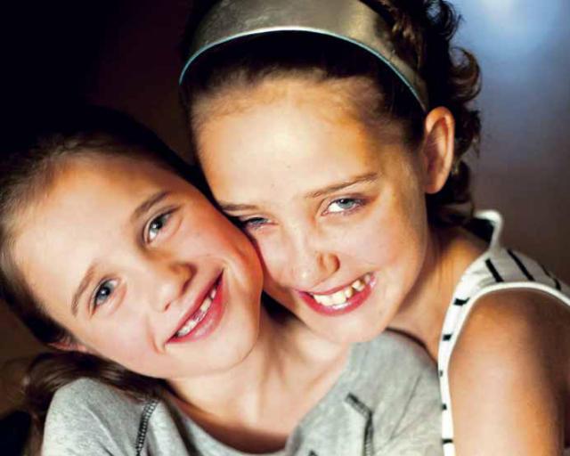 Alexandra og Ronja eru ósköp venjulegar systur sem tengjast sérstökum ...