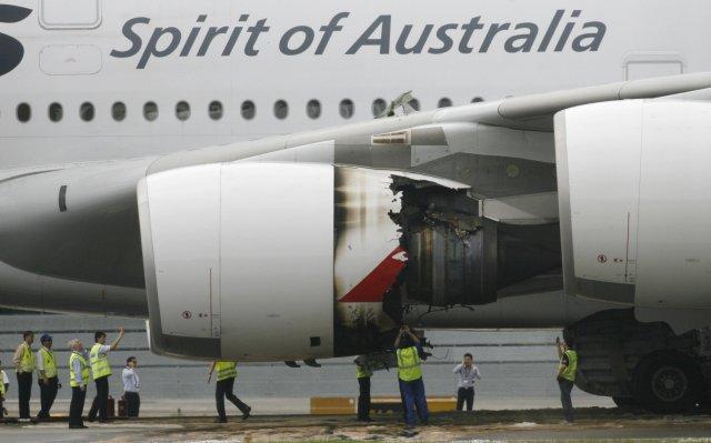 Tæknimenn virða fyrir sér skemmdir á A30 þotu Qantas eftir ...