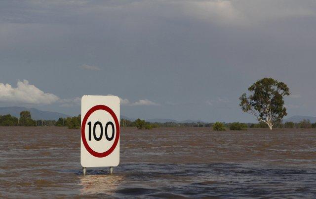 Umferðarskilti á kafi í borginni Rockhampton í Queensland.