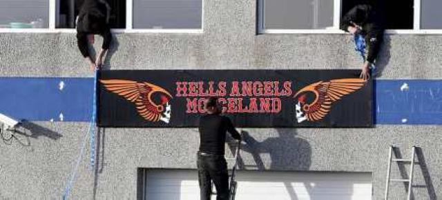 MC Iceland Hell´s Angels setja upp merki.