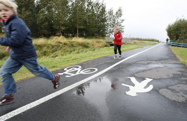 Merkingin um aðskilnað hjólandi og gangandi vegfarenda virðist aukaatriði enda ...