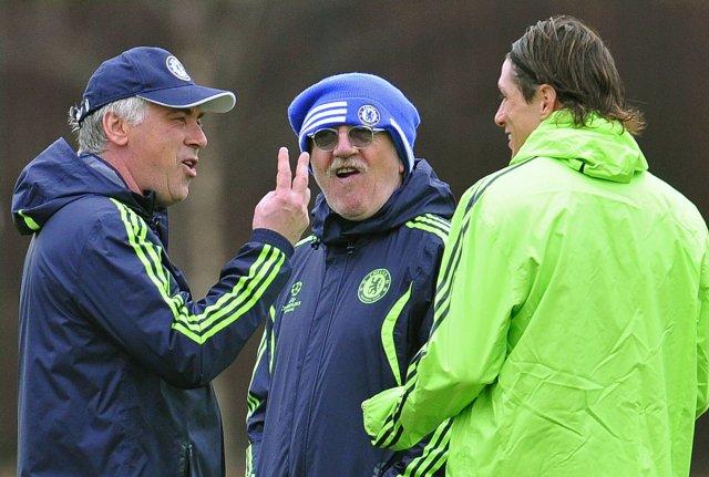 Carlo Ancelotti ræðir við Fernando Torres á æfingu Chelsea.