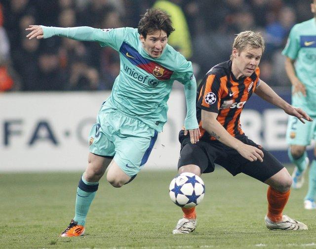 Lionel Messi og Tomas Hubschman eigast við í leik Shakhtar ...