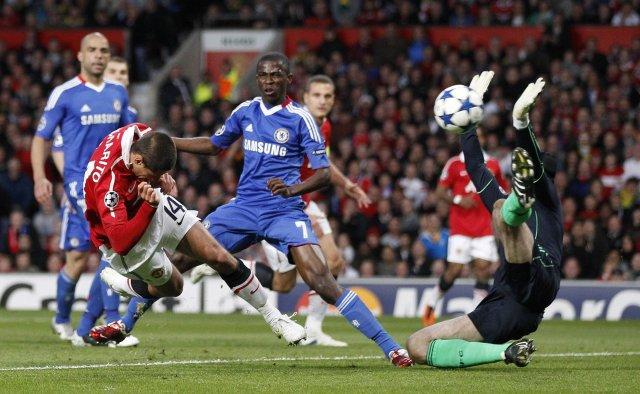 Javier Hernández skallar boltann í mark Chelsea á 26. mínútu ...