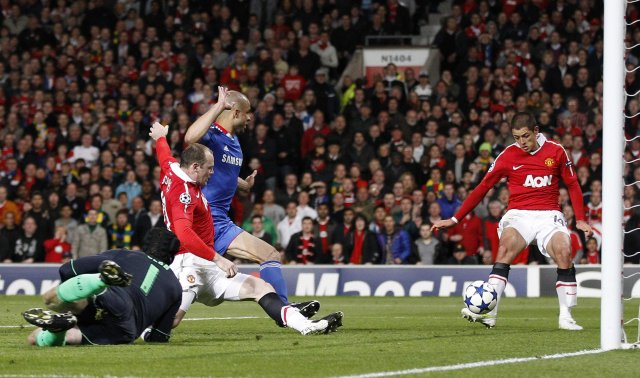 Javier Hernández sendir boltann í tómt mark Chelsea á 43. ...