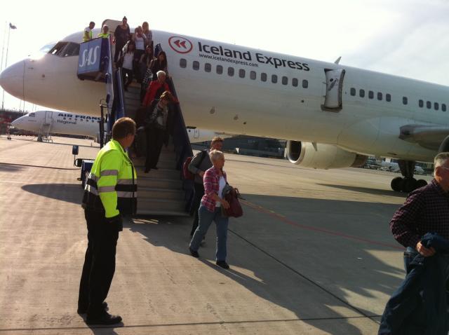 Ofbókað var í vél Iceland Express.
