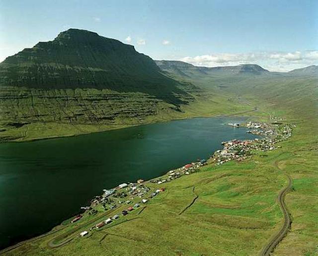 Eskifjörður. Hólmatindur er í baksýn.