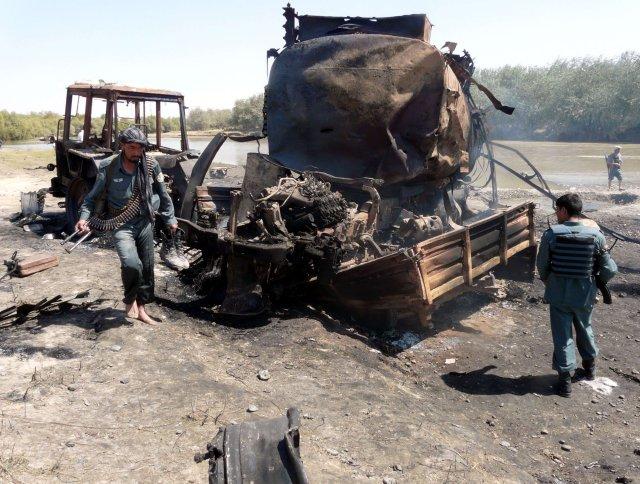Afganska lögreglan rannsakar bensínbílana sem varpað var sprengju á sl. ...