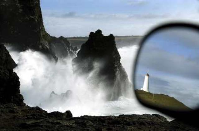 Upptök skjálftanna er 7-9 km norðvestur af Reykjanestá.