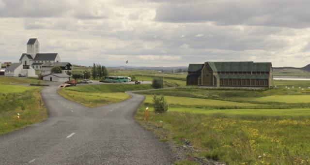 Tölvugerð mynd af miðaldakirkjunni við hlið Skálholtskirkju.