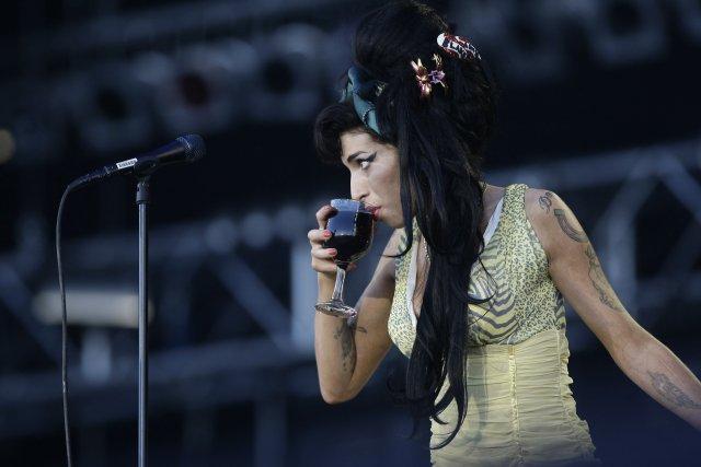 Breska poppstjarnan Amy Winehouse var fyrirmynd margra ungmenna. Óhófleg áfengis- ...
