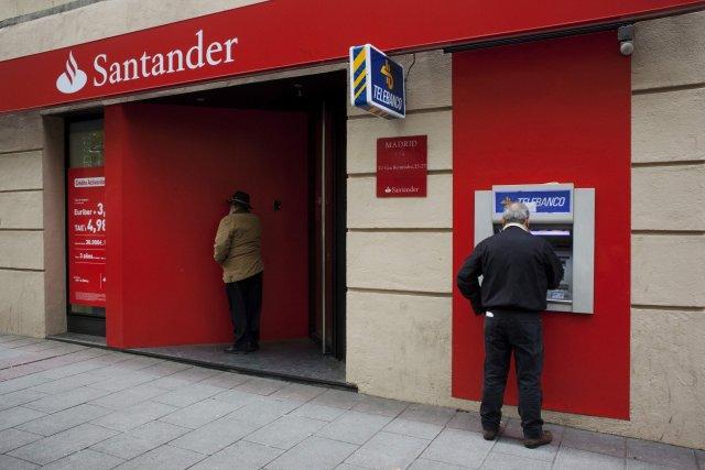 Viðskiptavinur við hraðbanka í útibúi spænska bankans Santander.