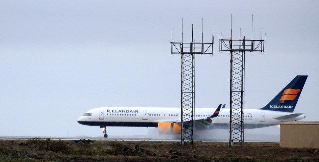 Vél Icelandair lenti heilu og höldnu á Keflavíkurflugvelli.
