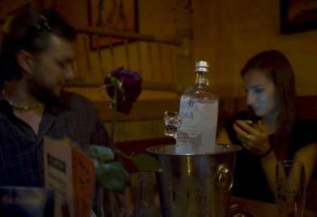 Ungt fólk á bar í Tékklandi.