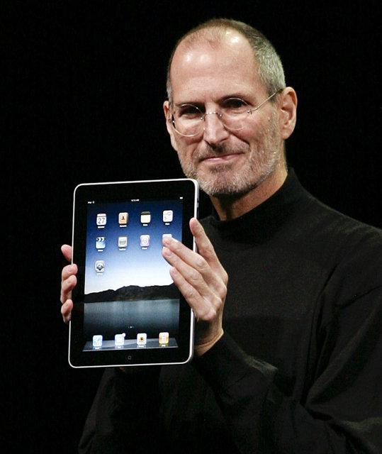 Steve Jobs sést hér kynna afurð Apple, iPad.