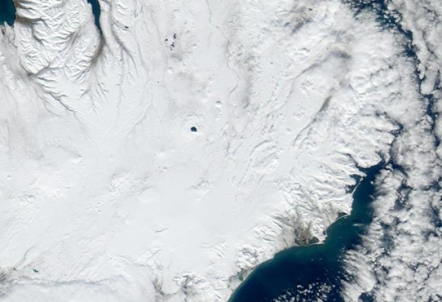 Öskjuvatn sérst hér greinilega íslaust á MODIS gervihnattamynd frá NASA ...
