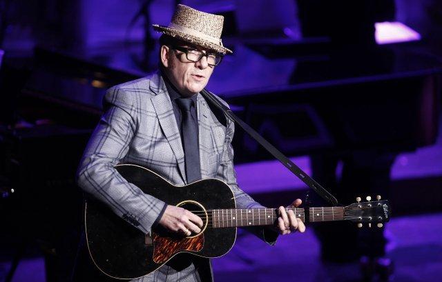 Elvis Costello á tónleikum í vor.