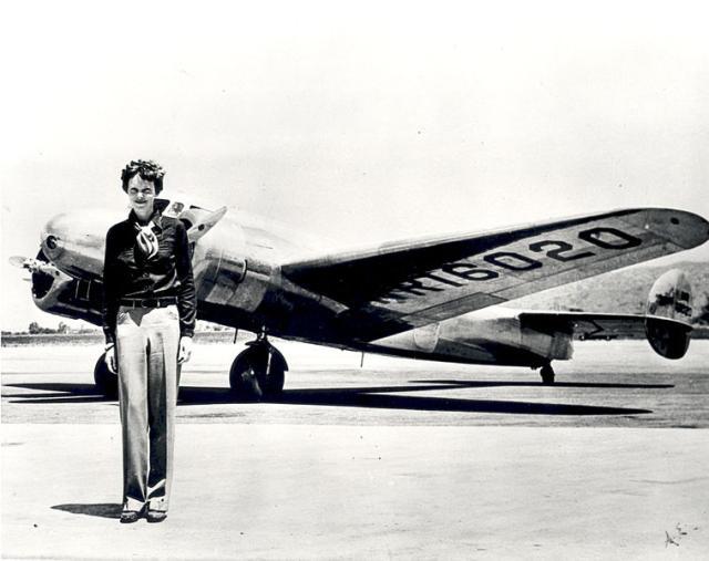 Amelia Earhart við flugvélina sem hún hvarf í 1937.