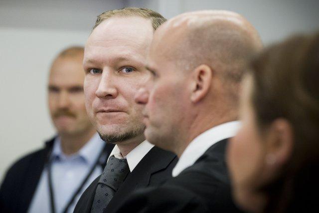 Anders Behring Breivik ásamt verjanda sínum Geir Lippestad í réttarsal ...