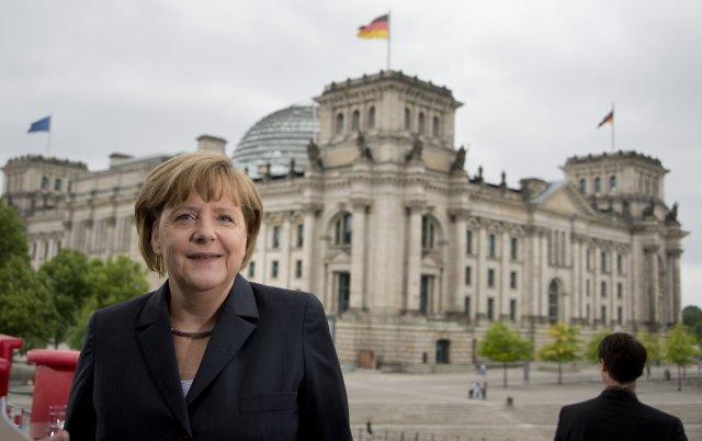 Angela Merkel fyrir utan Bundestag, hús neðri deildar þýska þingsins