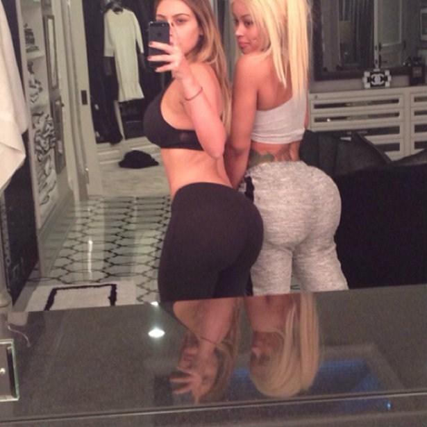 Kim Kardashian og vinkona hennar Blac Chyna stilla sér upp.