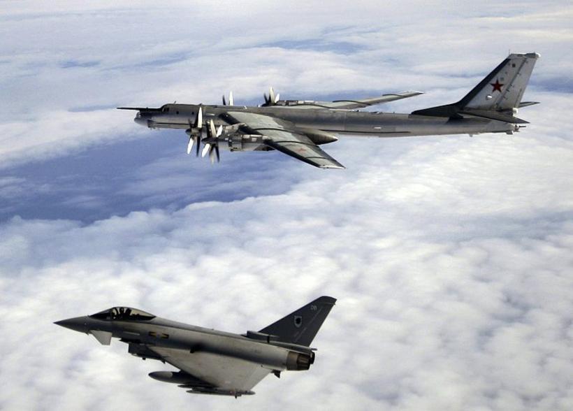 Bresk Typhoon orrustuþota og rússnesk sprengjuflugvél af gerðinni Tupolev 95.