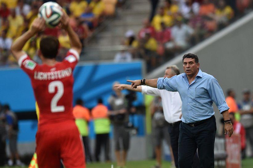 Luis Suárez segir sínum mönnum til í leiknum við Sviss ...