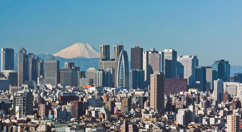 Shinjuku hverfi Tókýóborgar. Í baksýn sést glitta í Mount Fuji.