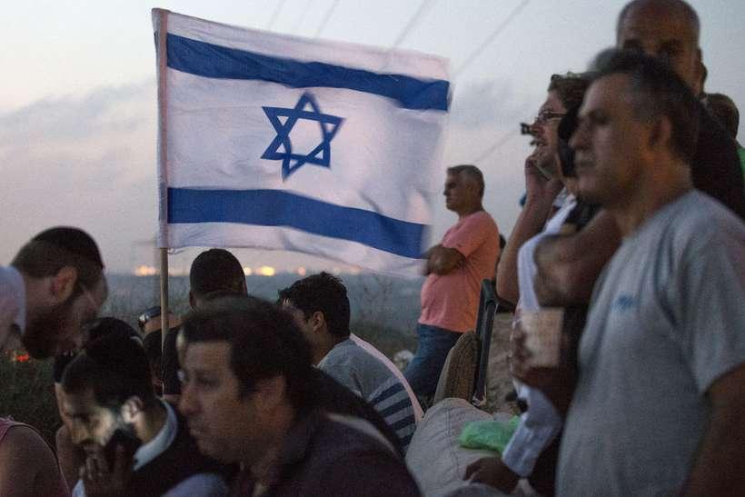 Ísraelsmenn horfa yfir Gaza af Sderot hæðinni. Flestir eru íbúar ...