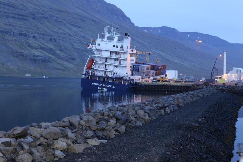 Akrafell klukkan 5:30 í höfninni á Eskifirði í dag.