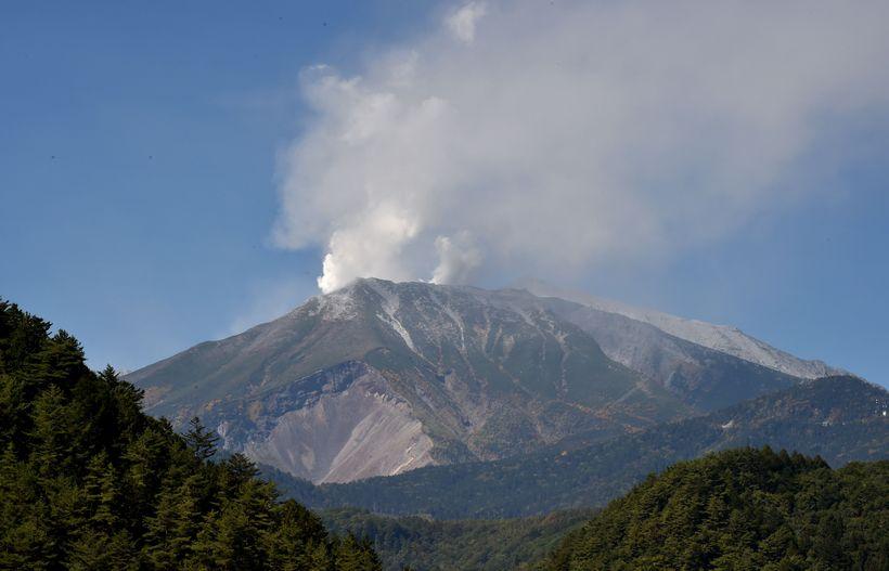 Aska stýgur upp frá Mount Ontake.