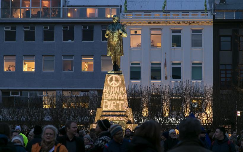Krotað var á styttu Jóns Sigurðssonar á mánudag.