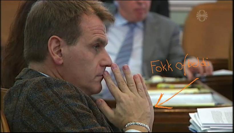Árni Páll Árnason formaður Samfylkingarinnar með armbandið Fokk ofbeldi.