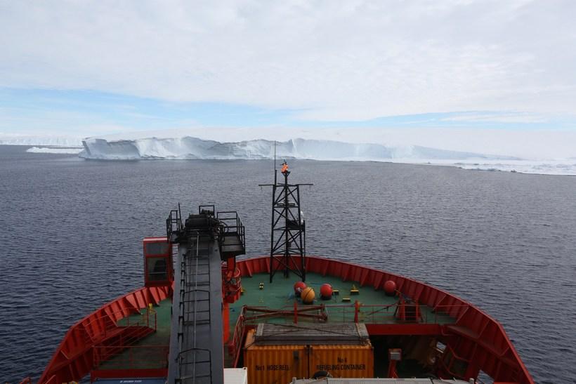 Ísbrjótur á siglingu utan við Totten-jökulinn.
