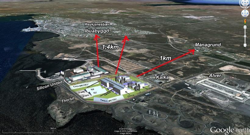 Á þessari mynd má sjá fjarlægðina milli verksmiðjunnar og íbúabyggðar ...