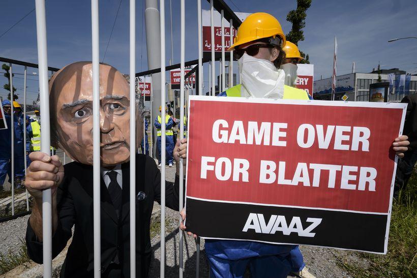 Mótmælandi í gervi Sepp Blatter krefst þess að hann hverfi ...