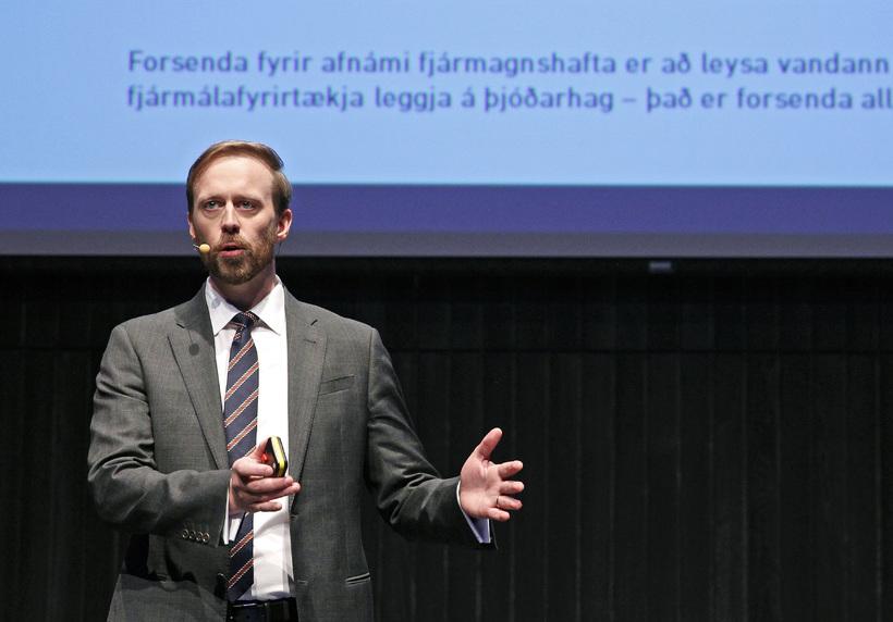 Sigurður Hannesson á fundi í Hörpu í júní 2015 þar ...