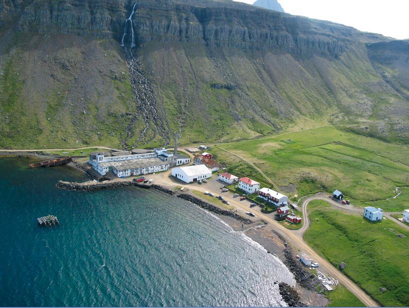 Djúpavík úr lofti - hér má sjá bæði síldarverksmiðjuna og ...