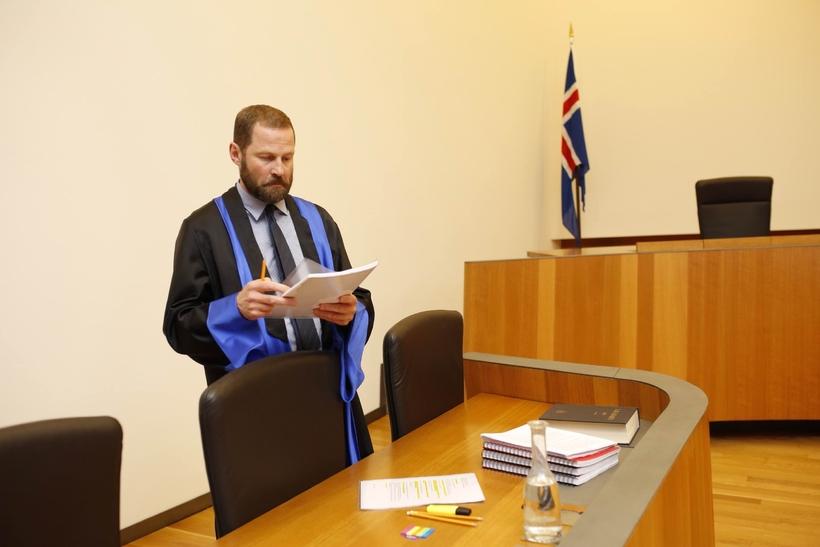 Ástráður Haraldsson í réttarsal.