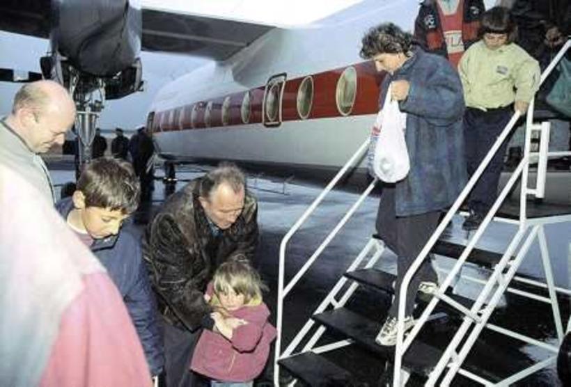 Halldór Ásgrímsson tekur á móti hópnum frá Kósóvó árið 1999 ...