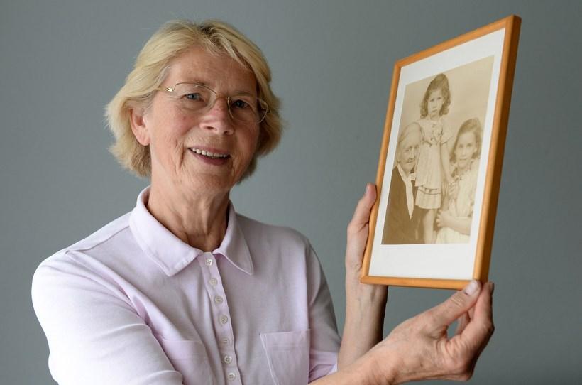 Barbara Keller heldur á mynd frá 1942; af sér, ömmu ...